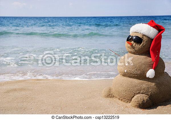 Snowman hecho de arena. El concepto de vacaciones se puede usar para el año nuevo y las tarjetas de Navidad - csp13222519