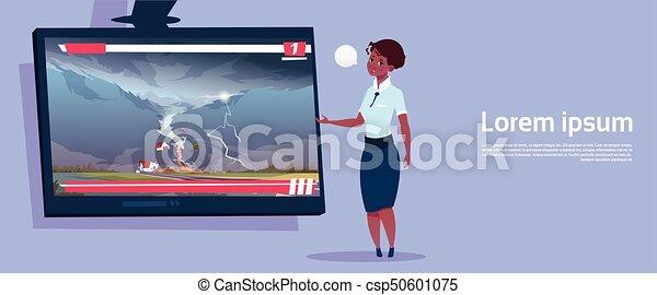 Una mujer afroamericana liderando TV en vivo sobre tornados destruyendo granjas huracanadas noticias de tormentas de agua en el campo concepto de desastre natural - csp50601075