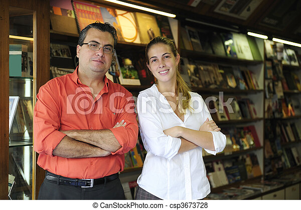 Compañeros de negocios familiares propietarios de una pequeña librería - csp3673728