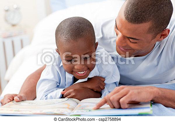Vater liest mit seinem Sohn - csp2758894