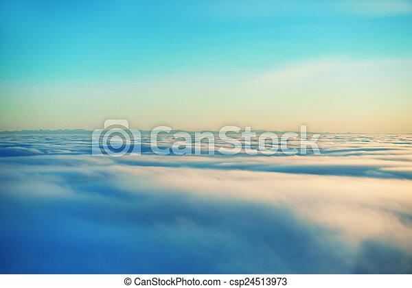 Cielo, sol del atardecer y nubes - csp24513973