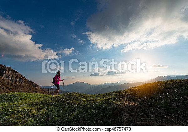 solamente, montañas, ocaso, viajando arduamente - csp48757470