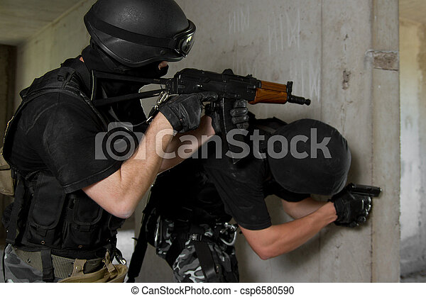 Soldiers in masks on assault of building - csp6580590