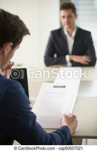 sollicitanten, interviewer, lezende , lang, hervatten - csp50507021