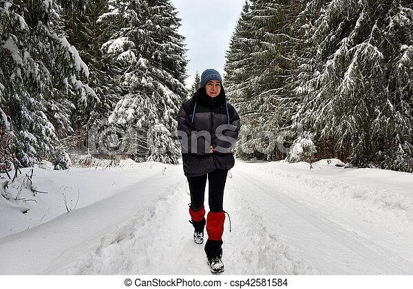 solo, camminare, donna, inverno, foresta - csp42581584