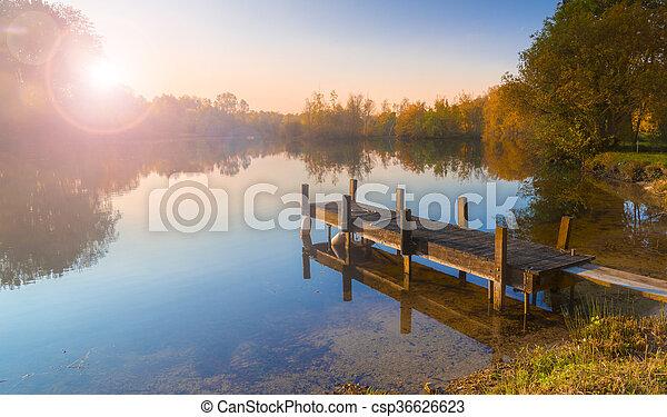 Un solo embarcadero en un lago tranquilo - csp36626623