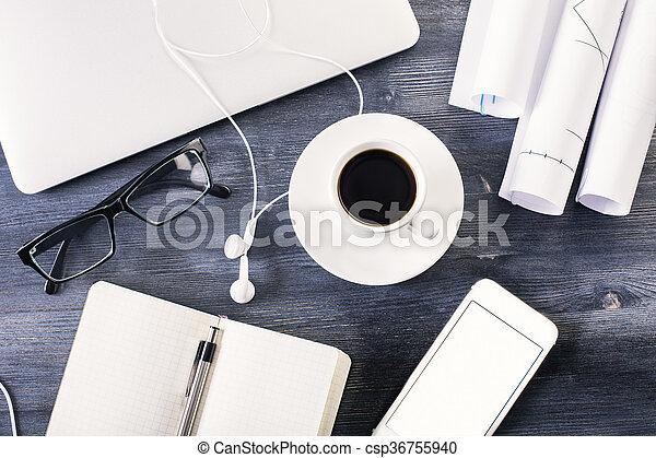 Sombre bureau bois articles. Écouteurs bureau café bureau bois