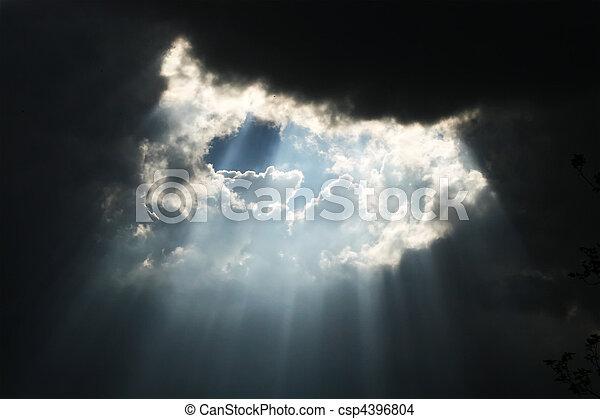 sombre, soleil brille, nuages, throug - csp4396804