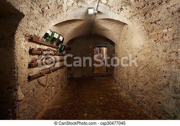 sombre vieux couloir sous sol ancien maison sombre photo de stock rechercher. Black Bedroom Furniture Sets. Home Design Ideas