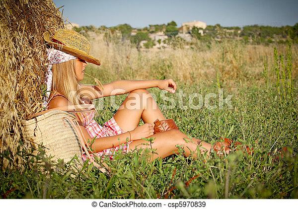 Junge Frau entspannt sich im Sommer im Freien im Freien - csp5970839