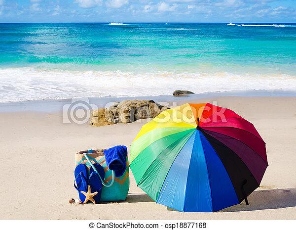 sommer, schirm, regenbogen, tasche, hintergrund, sandstrand - csp18877168