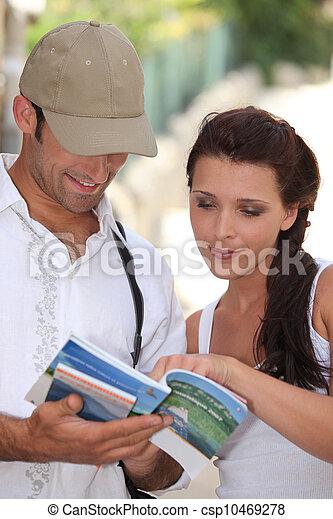 Touristen im Sommer - csp10469278