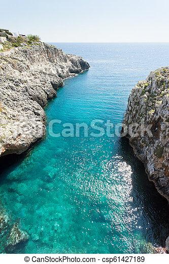 Apulien, Leuca, Grotte von Ciolo - das Sonnenlicht auf der Wasseroberfläche wieder zu straffen - csp61427189