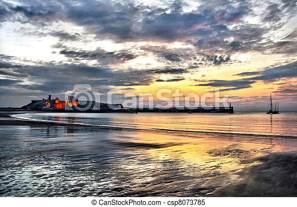 Peel Castle mit dem dramatischen Sonnenuntergang - csp8073785