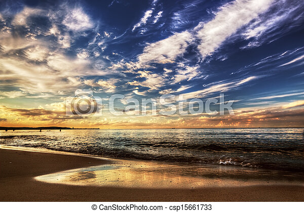 sonnenuntergang, dramatischer himmel, wasserlandschaft, unter, gelassen - csp15661733