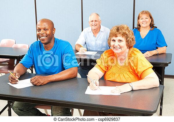 Feliz clase de educación adulta sonriente - csp6929837