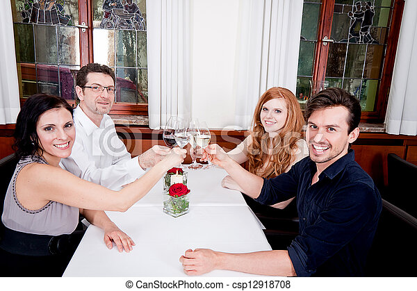 Sonriendo gente feliz en el restaurante - csp12918708