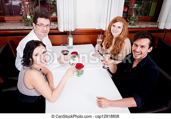 Sonriendo gente feliz en el restaurante - csp12918808