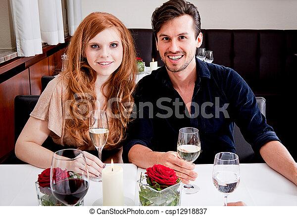 Sonriendo gente feliz en el restaurante - csp12918837