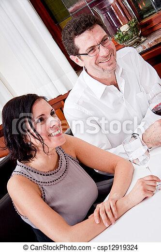 Sonriendo gente feliz en el restaurante - csp12919324