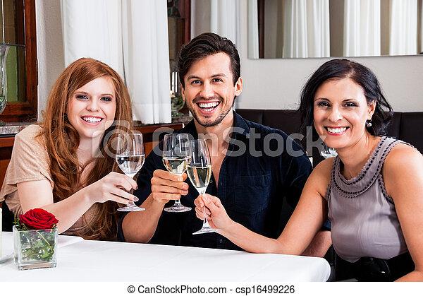 Sonriendo gente feliz en el restaurante - csp16499226