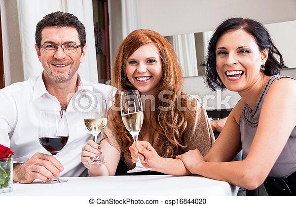Sonriendo gente feliz en el restaurante - csp16844020