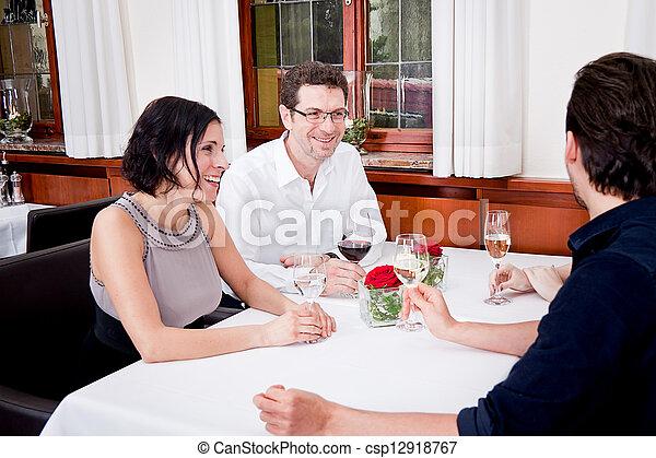 Sonriendo gente feliz en el restaurante - csp12918767