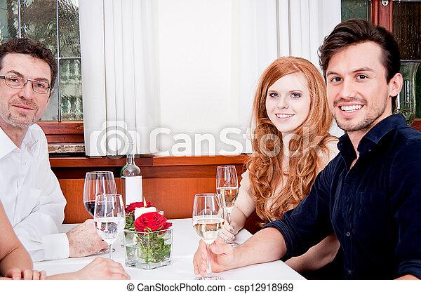 Sonriendo gente feliz en el restaurante - csp12918969
