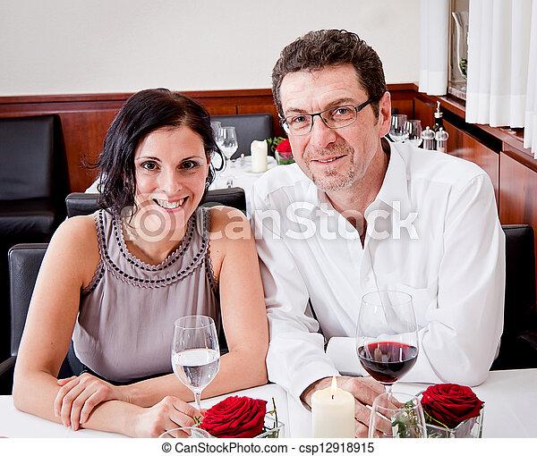 Sonriendo gente feliz en el restaurante - csp12918915