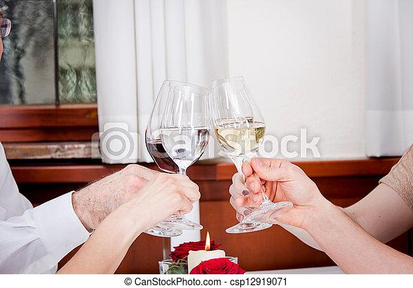 Sonriendo gente feliz en el restaurante - csp12919071