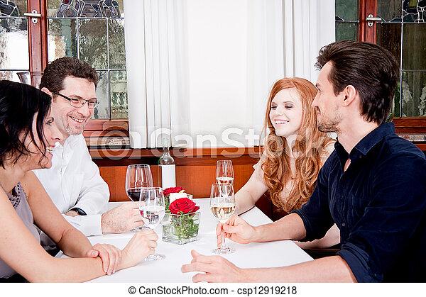 Sonriendo gente feliz en el restaurante - csp12919218