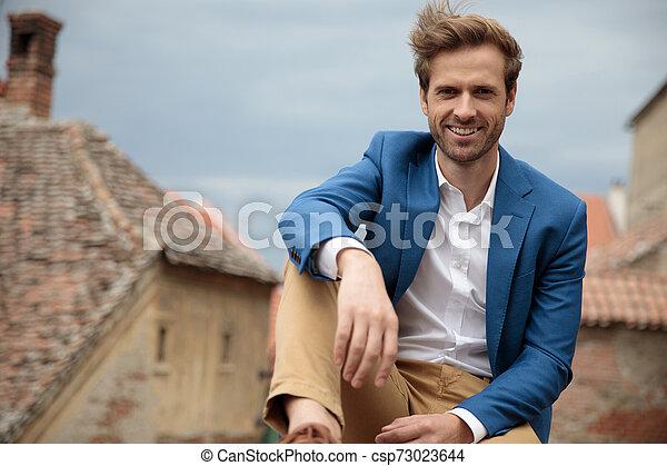 Un hombre sonriente de moda con aspecto feliz - csp73023644
