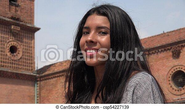 Gente feliz sonriendo chica - csp54227139