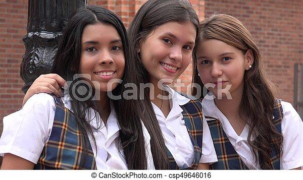 Gente sonriendo y amistad femenina - csp49646016