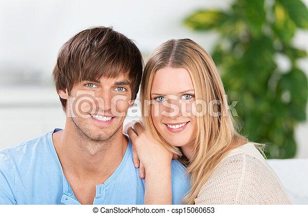 Una joven pareja sonriente enamorada - csp15060653