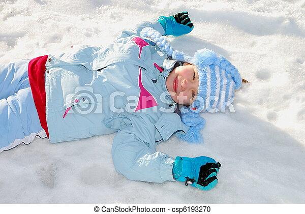 Chica sonriente con ropa de invierno - csp6193270