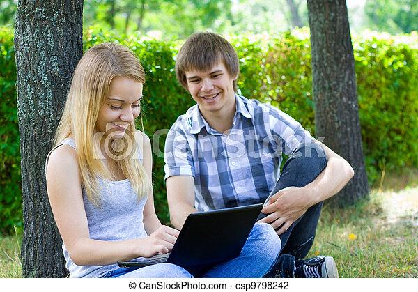 Gente joven sonriendo - csp9798242