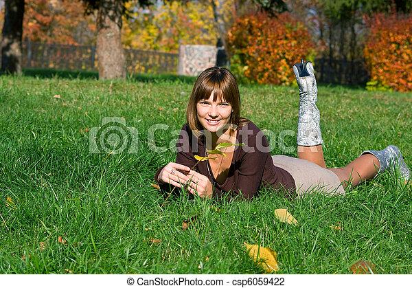 Chica sonriente en un pasto verde - csp6059422
