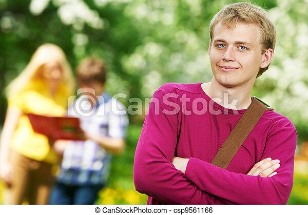 Estudiante sonriente al aire libre - csp9561166