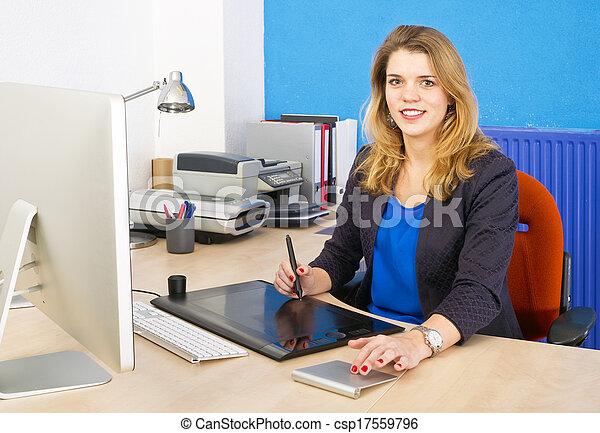Mujer sonriente en el trabajo - csp17559796