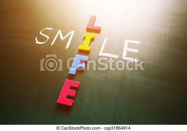 Sonrie el concepto de vida en la pizarra - csp31864914