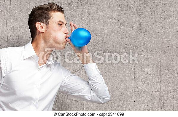 Retrato de joven soplando un globo - csp12341099