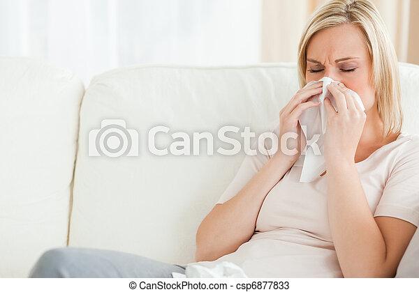 Una mujer sonándose la nariz - csp6877833