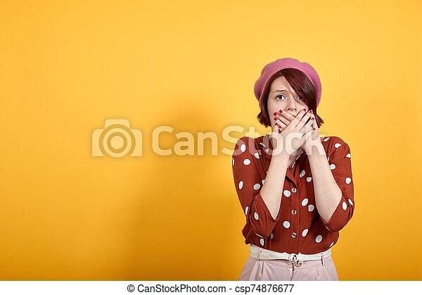 sorprendido, mirar, error, secreto, mujer, hermoso, cubierta, manos, boca - csp74876677