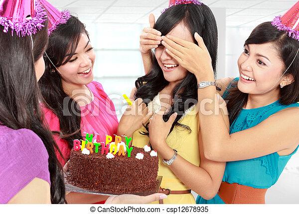 Fiesta de cumpleaños sorpresa - csp12678935