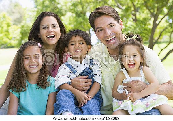 sorridente, seduta, famiglia, fuori - csp1892069