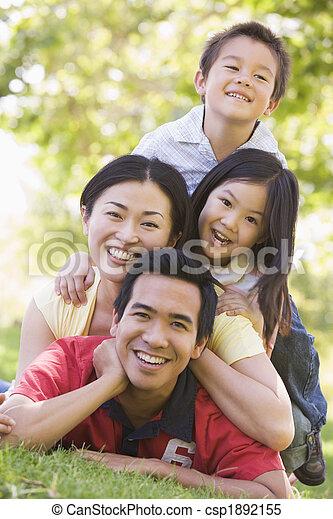 sorrindo, família, mentindo, ao ar livre - csp1892155