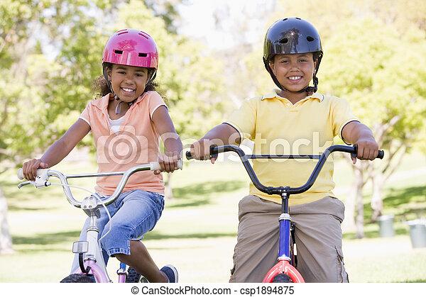 sorrindo, irmã, bicycles, irmão, ao ar livre - csp1894875