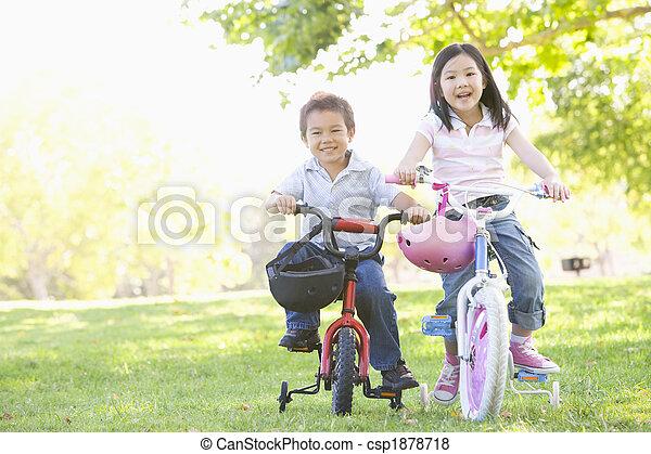 sorrindo, irmã, bicycles, irmão, ao ar livre - csp1878718