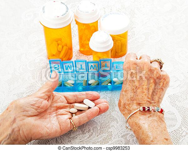 sortierung, pillen, senioren, hände - csp9983253